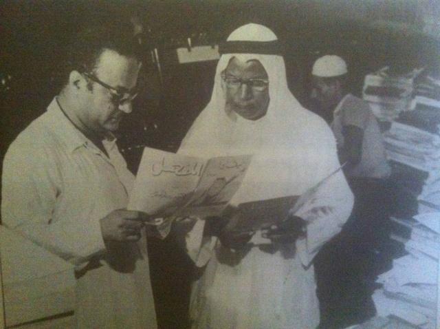 محمد حسين أصفهاني (يسار)، يراجع بروفة احد اعداد مجلة المنهل مع عبدالقدوس الأنضاري في دار الأصفهاني للطباعة.