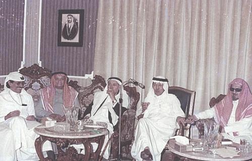 عزيز ضياء ومحمد حسين زيدان وحسين سراج وعيدالله مناع في اثنينية الخوجة. (المصدر: سلسلة الاثنينية)
