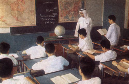 حصة الجغرافيا يقدمها الأستاذ عبدالله أشعري. (الصورة متداولة على نطاق واسع)