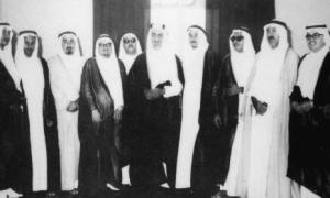 أعضاء اللجنة التأسيسية لجامعة جدة الأهلية في لقائهم مع جلالة الملك فيصل.