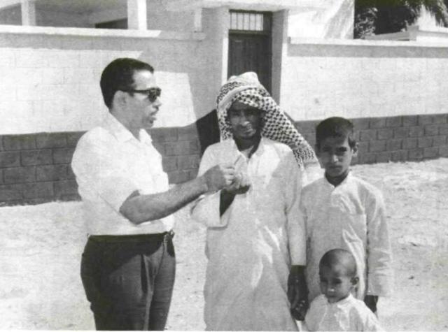الحاج عبدالله سليمان المطرود (على اليسار) رئيس جمعية سيهات.